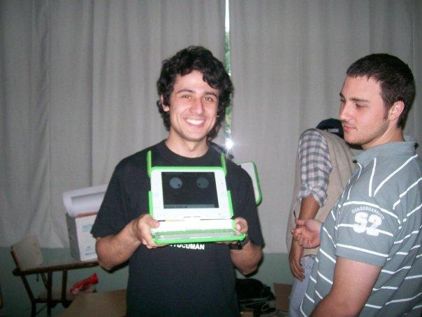 El que escribe jugando con la OLPC