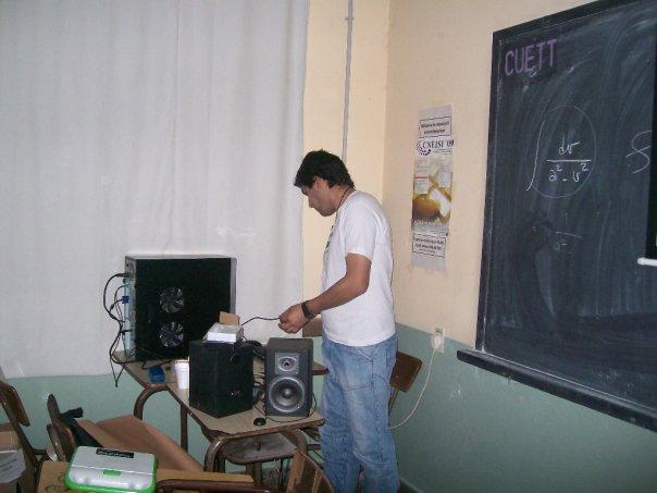 Uno de los padres de Tuquito preparándose para sus charlas